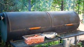 Gotować mięśni naczynia outdoors Wielki czarny zewnętrzny grill od którego przychodzi dym Wyposażenie dla smażyć ogromną liczbę zdjęcie wideo