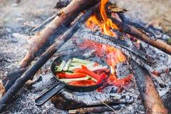 Gotować naczynia od czerwonych dzwonkowych pieprzy i ogórków w niecce na ogieniu zdjęcia royalty free