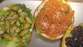 Gotować ogromnego hamburger Hamburger waży dwa kilo Trzy kawałka z składnikami zbiory wideo