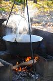 Gotować outdoors w żeliwnym kotle Fotografia Royalty Free