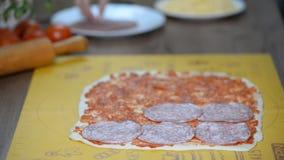 Gotować pizzę z salami zbiory wideo