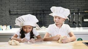 Gotować robi zabawie Dwa małego dziecka gotują wpólnie, staczający się doudh z rękami, robi pizzy 4K zbiory