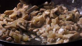 Gotować siekać guzik pieczarki z cebulą _ z bliska zoom zbiory