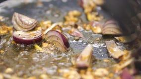 Gotować smażący warzywa w wok klamerka Szef kuchni smaży siekającej białej cebuli Siekam oning smażyć w niecce Dekatyzować od nie obraz stock