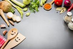 Gotować w kuchennym karmowym tła pojęciu z pikantność warzyw składnikami i bezpłatnej kopii przestrzenią obraz stock