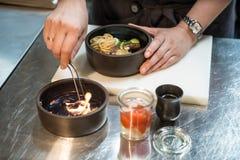 Gotować w kuchni chef Restauracja nOpen ogienia fotografia stock