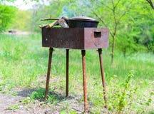Gotować w natura pyknicznym garnku na brązowniku Zdjęcie Stock
