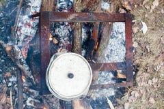 Gotować w naturze Kocioł na ogieniu w lesie Obrazy Royalty Free