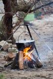 Gotować w naturze Kocioł na ogieniu w lesie Obrazy Stock
