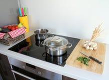 Gotować w nowożytnej kuchni Obrazy Royalty Free
