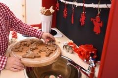 Gotować z dziećmi Chłopiec robi Bożenarodzeniowym ciastkom z Obraz Royalty Free