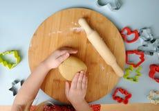 Gotować z dziećmi Dziecko ugniata ciastka ciasto dla robić co Fotografia Royalty Free