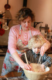 Gotować z matką Zdjęcia Royalty Free