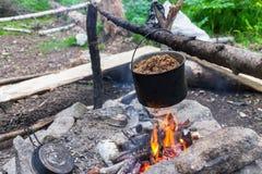 Gotować z otwierał ogień w na wolnym powietrzu zdjęcie royalty free