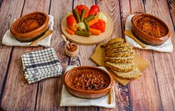 Gotować fasole w glinianych garnkach, kiszonym warzywie i domowej roboty chlebie, Zdjęcia Stock