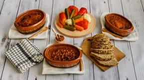 Gotować fasole w glinianych garnkach, kiszonym warzywie i domowej roboty chlebie, Obraz Royalty Free