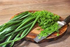 Gotowa? w kuchni greenfield Zielony onions N?? i rozci?cia deska zdjęcie royalty free