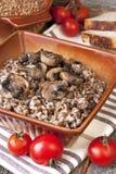 Gotowana gryczana owsianka w ceramicznym pucharze Zdjęcia Stock