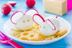 Gotowana jajeczna mysz dekorował z rzodkwią i serem Obrazy Royalty Free