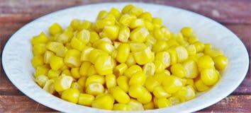 Gotowana kukurudza na białym talerzu Obrazy Stock