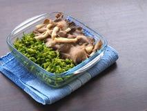 Gotowana ostrygowa pieczarka i cowslip pełzacz w jasnym pucharze i umieszczaliśmy na błękitnym tablecloth Zdjęcie Royalty Free