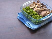 Gotowana ostrygowa pieczarka i cowslip pełzacz w jasnym pucharze i umieszczaliśmy na błękitnym tablecloth Zdjęcie Stock