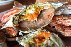 Gotowani błękitni kraby na naczyniu Zdjęcia Stock