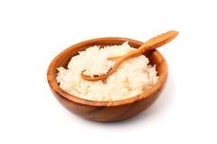 Gotowani biali ryż w drewnianym talerzu z drewnianą łyżką Zdjęcia Royalty Free