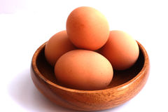 Gotowani jajka które no strugają i no strugają w brown zbiorniku Zdjęcia Stock