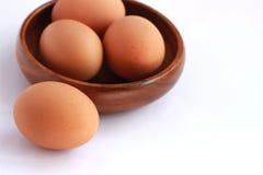 Gotowani jajka które no strugają i no strugają w brown zbiorniku Fotografia Royalty Free