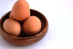Gotowani jajka które no strugają i no strugają w brown zbiorniku Obrazy Royalty Free