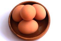 Gotowani jajka które no strugają i no strugają w brown zbiorniku Obrazy Stock
