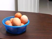 Gotowani jajka umieszczali w błękitnym koszu - niektóre łamający Obraz Royalty Free