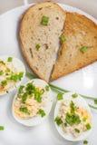 Gotowani jajka z majonezem i wznoszącym toast chlebem w kierowym kształcie Fotografia Royalty Free