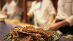 Gotowani mięso ziobro na talerzu w przedpolu i zbiory