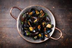 Gotowani mussels w miedzianym kucharstwa naczyniu Fotografia Stock