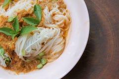 Gotowani Tajlandzcy ryżowi wermiszel, zazwyczaj jedzący z currymi i warzywem zdjęcia royalty free