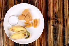 Gotowany banan w syropie i wholes banan Obrazy Royalty Free