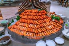 Gotowany garneli wierza w bufet restauracji obraz royalty free