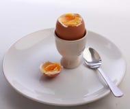 Gotowany jajko, cięcie otwarty w eggcup, na talerzu z łyżką Obrazy Stock