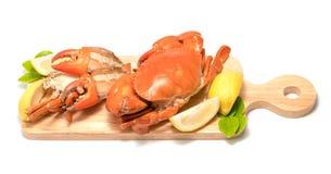 Gotowany Serrated borowinowy krab na drewnianym talerzu obrazy stock