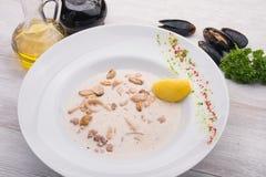 Gotowi mussels w białym naczyniu Obrazy Royalty Free