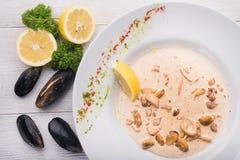 Gotowi mussels w białym naczyniu Obrazy Stock