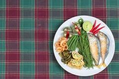Gotowy boczny naczynie głęboki podpalający mackarel, jarzynowy omlet, crispy wieprzowiny skórka, zalewy sałata, przekrawa zieloną Obrazy Stock