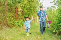 gotowy do pracy ojciec i syn w kowbojskim kapeluszu na rancho Eco gospodarstwo rolne ma?y ch?opiec dziecka pomocy ojciec w uprawi obrazy stock