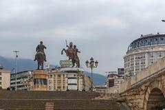 Gotse Delchev y Alexander los grandes monumentos en el centro de ciudad de Skopje, Republi Imágenes de archivo libres de regalías