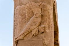 Gott Horus auf der Spalte am gro?en Tempel der K?nigin Hatshepsut in Luxor, ?gypten stockfotografie