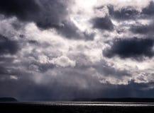 Gott strahlt, Sturm-Wolken aus, die einem Gesicht ähneln (äußerster Rechte) Lizenzfreie Stockbilder