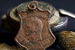Gottabwehr, die der König auf die kupferne Ikone des Kaisers Nikolaus II., der kupferne Gegenstand geschrieben wird, ist alt Lizenzfreie Stockfotografie