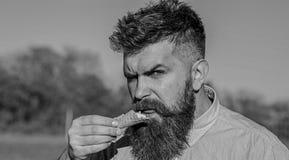Gottegrisbegrepp Skäggig man med glasskotten Mannen med skägget tycker om glass Man med skägget och mustaschen på royaltyfri foto